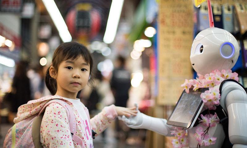 女の子とロボットの握手