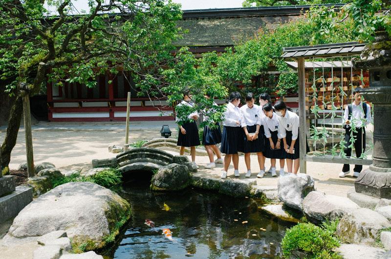 制服姿の学生たち