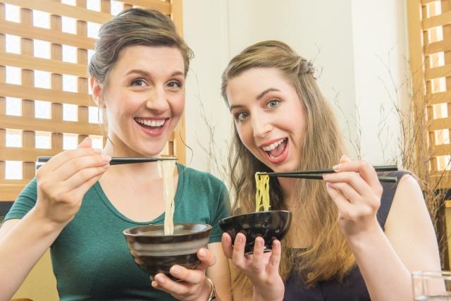 和食を食べる海外からのゲスト